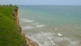 Hav med vågor under kullarna Naturligt kustlandskap Berg med havbreze stock video