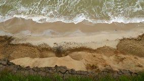 Hav med vågor under kullarna Naturligt kustlandskap Berg med havbreze lager videofilmer