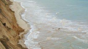 Hav med vågor under kullarna Naturligt kustlandskap Berg med havbreze arkivfilmer
