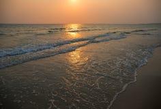 Hav med vågor under solnedgångtid Fortfarande hav med släta vågor Romantisk solnedgång på den tropiska ön Fotografering för Bildbyråer