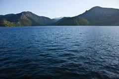 Hav och berg Royaltyfri Bild