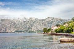 Hav och berg i regnigt väder för dåliga Fotografering för Bildbyråer