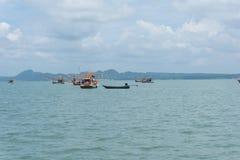Hav och blå himmel med fartyget mellan den lilla ön Royaltyfri Fotografi