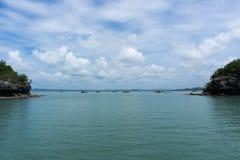 Hav och blå himmel med fartyget mellan den lilla ön Arkivbilder