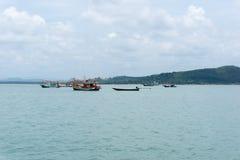 Hav och blå himmel med fartyget mellan den lilla ön Fotografering för Bildbyråer