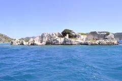 Hav och gräsplanbrant klippa Arkivbild