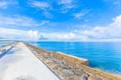 Hav och himmel från vågbrytaren Arkivfoto