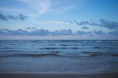 Hav och molnig himmel i aftonen Fotografering för Bildbyråer