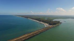 Hav och sjö som avskiljs av vägen Royaltyfri Fotografi