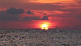 Hav och solnedgångar stock video