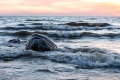 Hav och stenar på solnedgången Arkivfoton