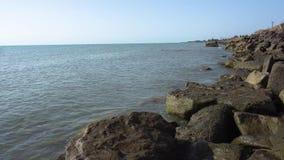 Hav och steniga stenar på kusten Havet och vaggar stock video