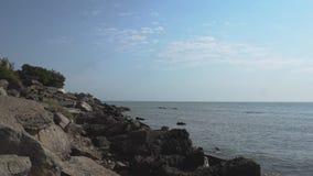 Hav och steniga stenar på kusten Havet och vaggar lager videofilmer