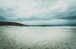 Hav och strand i skymning med tappningsoluppgång eller solnedgång Arkivfoto