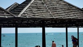 Hav och strand med träparaplyer abstrakt bakgrundshav Arkivbild