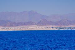 Hav och yacht i Röda havet EgyptOn kusterna av Röda havet i Egypten arkivbild