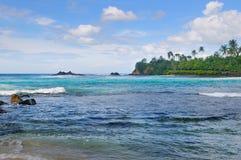 Hav, pittoresk strand och blå himmel Royaltyfria Foton