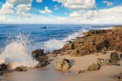 Hav, pittoresk strand och blå himmel Arkivfoton