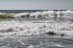 Hav, sand, himmel, vågor och sommardag härligt tropiskt för strand tropiskt härligt hav för strand Seacoast royaltyfria foton