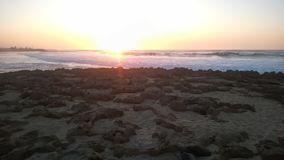 Hav Sandy Beach With Waves At solnedgången Royaltyfri Fotografi