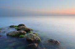 Hav solnedgång, stenar Royaltyfri Foto