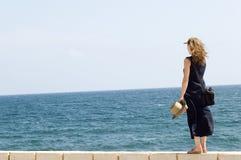 hav som blir den hållande ögonen på kvinnan för vägg arkivbild