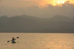 Hav som kayaking på soluppgången Fotografering för Bildbyråer