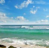 Hav, strand och blå himmel Arkivfoton