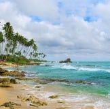 Hav, strand och blå himmel Royaltyfri Foto