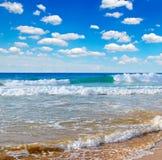 Hav, strand och blå himmel Arkivbilder
