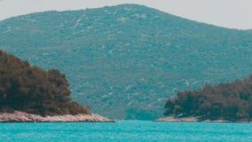 Hav, två öar och ett berg Tisno Kroatien arkivfilmer