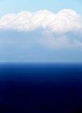 Hav under en molnig himmel Royaltyfria Bilder