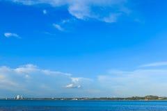 Hav under molnig blå himmel Royaltyfri Fotografi