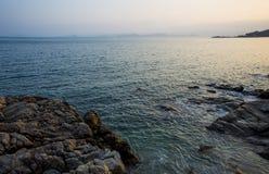 Hav, vågor, sand och stenar Royaltyfria Foton