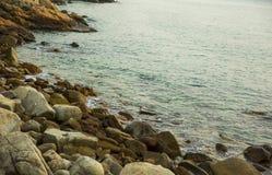 Hav, vågor, sand och stenar Royaltyfria Bilder
