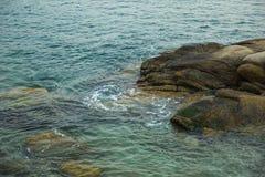 Hav, vågor, sand och stenar Arkivbild