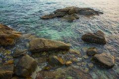 Hav, vågor, sand och stenar Fotografering för Bildbyråer