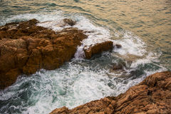 Hav, vågor, sand och stenar royaltyfri bild