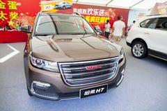 Haval Chińscy samochody na pokazie przy Dongguan samochodową wystawą oczekuje potencjalny nabywca Obrazy Royalty Free