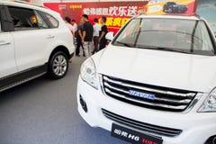 Haval kinesiska bilar på skärm på den Dongguan bilutställningen som väntar på spekulanter Arkivfoto