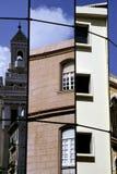 Havana-Architektur, die in einem modernen Gebäude sich reflektiert Lizenzfreies Stockfoto
