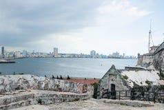 Havana através da baía do castelo histórico de Morro Imagem de Stock