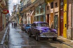 Havana, berühmte altmodische kubanische Autos auf Straße Stockbilder
