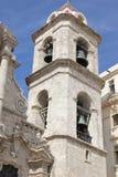 Havana Cathedral em Havana Street idosa em Cuba imagens de stock royalty free