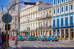 Havana Colourful Cars på föreningspunkten royaltyfri fotografi