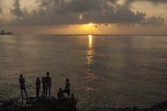HAVANA/CUBA 2006年7月4日-使用在Malecon的孩子在Sunse 库存图片