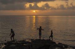 HAVANA/CUBA 2006年7月4日-使用在Malecon的孩子在Sunse 免版税库存照片
