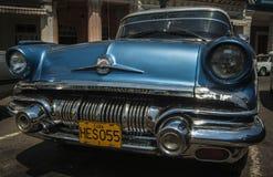 HAVANA/CUBA 2006年7月4日-在街道的老美国汽车  免版税库存照片