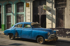 HAVANA/CUBA 2006年7月4日-在街道的老美国汽车  免版税库存图片