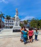 HAVANA, CUBA - APRIL 2, 2012: Groep toeristen dichtbij Monument van Stock Foto's